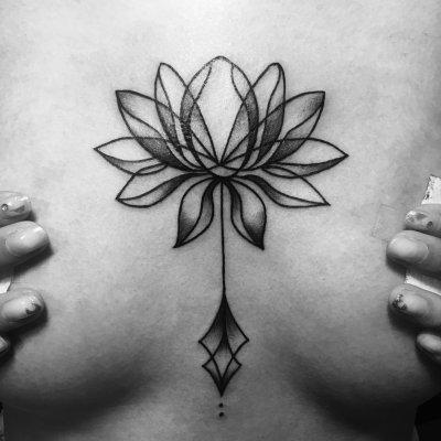 美女胸部花图形纹身-缩略图
