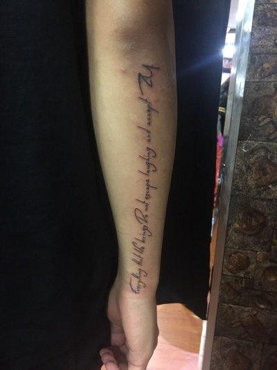 手臂一排英文字母纹身