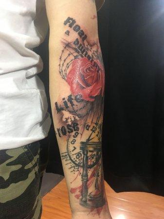 手臂彩色组合纹身