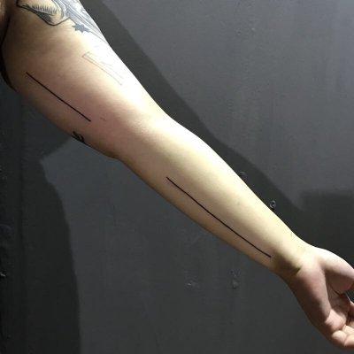 手臂线条纹身
