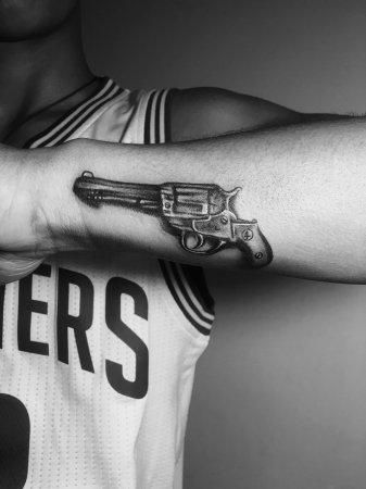 手臂左轮手枪纹身