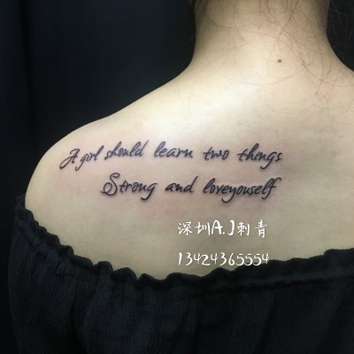 美女背部英文字母纹身作品欣赏,深圳纹身师安