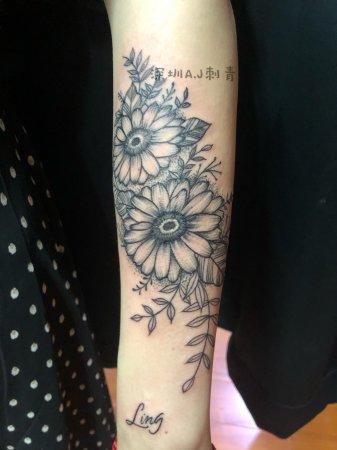 深圳AJ刺青作品:手上的花与草
